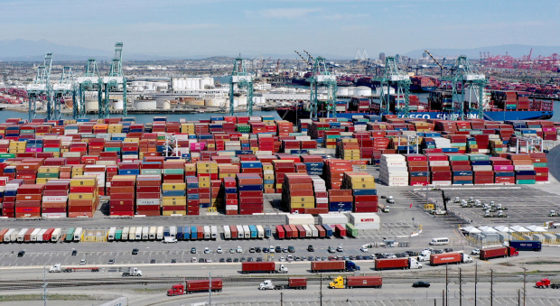 41 container ships waiting to dock at the port of Los Angeles / Long Beach, freight rates continue to increase